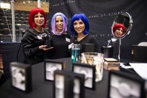 Årets företagardag lockade alla tänkbara företag till Fjällräven center under torsdagen. Anne-Li Blomqvist, Anna Payton och Josefin Bergström från Make up store stod för dagens färggladaste frisyrer.