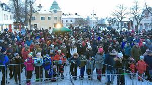 En timme innan - torget börjar redan bli fullt av folk.