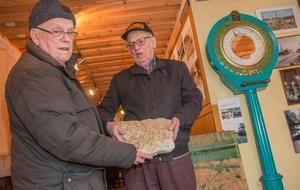 I dag finns kalkstensplattorna i hembygdsföreningens museum. Gösta Nilsson och Sune Höglind visar upp dem.