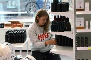 Ända in i det sista pågår ett intensivt arbete  med att packa upp alla varor i butiken inför öppnandet på lördag.