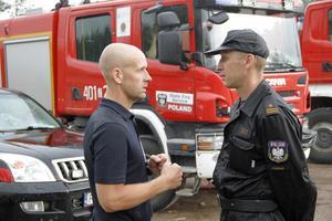 Tomasz Grelak är en av få som talar engelska – här i samtal med insatsens säkerthetsbefäl Peter Höög.