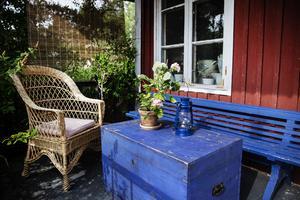 Trädgården är full av små platser där det går att sätta sig ner en stund.
