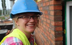 Jeanette Skov, 27 år, från Danmark har aldrig murat en vägg tidigare, men tycker att det är kul att få chansen.
