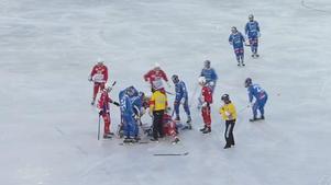 Anton Spångberg fick en rejäl smäll mot huvudet och blev liggandes på isen i flera minuter innan han togs till sjukhus.