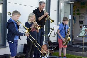 Att kunna hantera ett instrument är uppenbarligen en kunskap som värderas hos en kulturskolechef. Även föregångaren Victor var musikalisk.