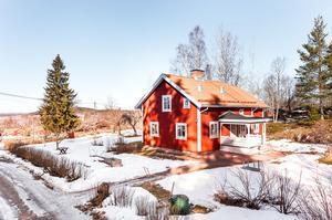Stor tomt som både består av en uppvuxen trädgård med äppelträd och syrénbuskar samt naturtomt. I huset blandas gammalt och nytt. Foto: Kristofer Skog, Husfoto.