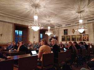 Kommunfullmäktige under kristallkronorna i Arbogas rådhus.