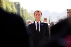 Macron måste välja mellan vänster och höger. Bild: Francois Guillot/Pool Photo via AP