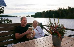 Stunderna ute på bryggan mot havet blir färre mot hösten. Men om somrarna tar Helena och Mikael ofta morgonkaffet här ute.