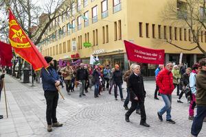 Vid Stjärntorget passerade Vänstertåget en grupp från Kommunistika Partiet som stod och sålde tidningen Proletären. Peter Mellgren från Ås höll i KP:s flagga. I tåget syns 80-årige Jörn Svensson,  tidigare riksdagsledamot och Europaparlamentariker för Vänsterpartiet.
