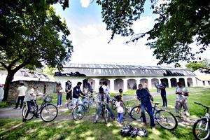 Det var många intresserade som samlades mitt bland brukslängorna. de flesta kunde redan cykla och var bara nyfiken.