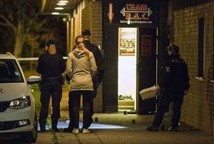 Bild från fredagskvällen när polisen arbetade med att säkra spå på brottsplatsen.