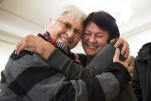 Många kramar blir det under en kväll. Lyla Bork kramar om Birgitta Krona, båda är engagerade i Sundsvalls asylkommitté.
