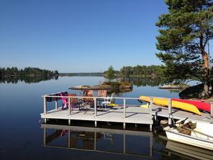 Bryggan vid Näkten. I sjön med de många öarna paddlar familjen gärna kajak.