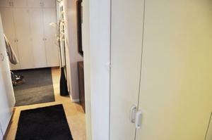 Städskåpets skåpdörr tar emot och täcker halva belysningsknappen i köket vilket gör det svårt att tända lyset i köket.