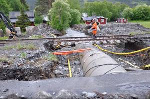 Vid Kallströms lägda: Banvallen bortsköljd och rälsen hänger i luften på flera ställen,