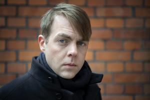 Deckarförfattaren och kriminologen Christoffer Carlsson deltar i SVT:s 'Veckans brott': 'Vi kommer med idéer och det är spännande att vi ofta börjar i ett ärende och går över i en större och djupare diskussion.'Jessica Gow/TT
