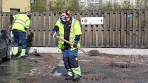 Päivi Bärgård gillar att hugga i. Det viktiga är rätt redskap och skyddsutrustning. Fastighetsskötare och trädgårdsarbetare bär mask när de arbetar med gruset för att  gardera sig mot stenlunga. Det finns fina partiklar i gruset som man inte ska andas in.