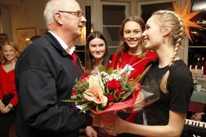 Sten Jonsson, vice president i Järvsö Lions, överräckte en magnifik blomsterbukett till Ellen Danhard.