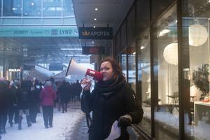 """""""Min kropp -  min rätt - ett nej är ett nej!"""" Emma Rydén höjer rösten och får gensvar av demonstranterna."""