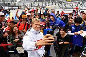 Marcus Ericsson tillsammans med några av sina japanska fans. Foto: Sauber Motorsport