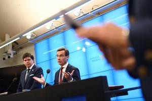Riksdagens talman Andreas Norlén och Moderaternas partiledare Ulf Kristersson (M) med beskedet att Moderaterna vill bilda regering tillsammans med Kristdemokraterna. Foto: Pontus Lundahl / TT