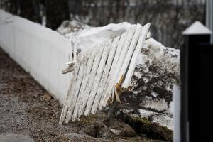 Ett skadat staket som tinat fram i vårsolen.
