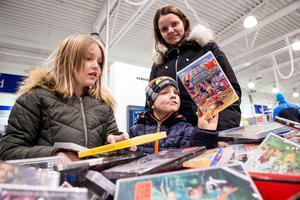 Celine, Elvin och Jenny Altin från Karlshamn har firat jul hemma hos Jennys föräldrar i Örnsköldsvik. Under tisdagens mellandagsrea var de och fyndade billiga filmer för den 107 mil långa bilresan hem.