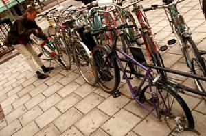 Det är ont om plats för cyklar utanför de flesta butikerna i Örebro./FOTO: Claudio Bresciani/TT