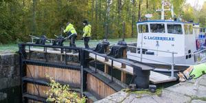 Slusskarlarna Janne Eriksson och André Eriksson har varit igång i flera timmar. Här slussas passagerarbåten Gustaf Lagerbjelke in.