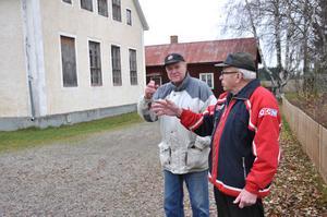 POSITIVT. Ove Larsson och Lennart Knutsson talar sig varma för sin gamla byskola i Munga. Nuvarande skolhus i Munga uppfördes 1929. Undervisningen i huset upphörde 1968 och byggnaden ägs nu av en privatperson.