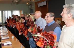 De ledarmöter som lämnade sitt fullmäktigeuppdrag belönades med en blomsterkvast.