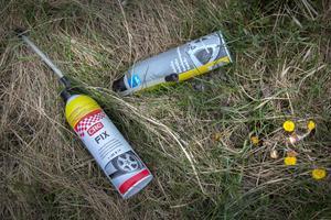 Vid informationsskylten vid påfarten till motorvägen mot Nynäshamn ligger det också mycket skräp. Här har någon lagat däck och slängt flaskorna i diket.