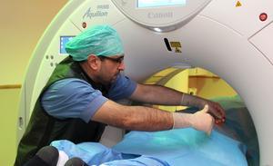 Det är precisionsarbete att utföra en nervblockad på en patient med ischias. Läkaren Tihomir Velinov kollar att behandlingen ges på exakt rätt ställe.