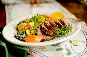 Kanske kommer vi i framtiden oftare ha västmanländsk vildsvinsstek, lokalodlad potatis och grönsaker på tallriken. Foto: Erik Mårtensson/TT