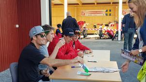 Många ville ha autografer av Rospiggsförarna innan matchen.
