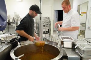 Lars-Erik Skybak och Henrik Westlin häller upp köttfärssås, dagens husmanskost, för vidare leverans ut till skolor och förskolor.