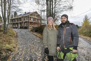 """Amanda Stuguby och Marcus Ejnebrand. """"Vi skulle som sagt inte bygga nytt eller renovera men det här kändes så rätt"""", säger Amanda Stuguby."""