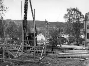 I juni 1970 var 25 procent av bron klar. man hade nyss börjat påla på Östersundssidan. I bakgrunden den gamla betongbron från 1936 som skulle rivas så fort den nya bron var klar. Foto: ÖP:s arkiv