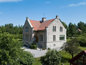 Foto: Elin Wiewgg/ RE-Mediagroup. Huset med adressen Lanna Borgen är från förra sekelskiftet och byggt av kalksten från det kalkstensbrott som finns där.