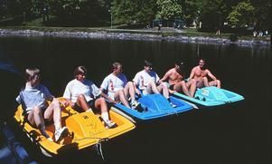 Tävling med trampbåtar vid Stora holmen i juni 1997. Fotograf:Gunlög Enhörning