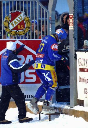 Så här såg det ut många gånger under Dan Hjelms karriär, här har han blivit utvisad i en match mot Sandviken 2005. Foto: Mikael Forslund.
