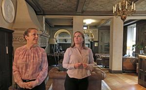 Marilyn Bellman och Linda Söderström i den ståtliga hallen. Där fick man flytta på en tavla så att den inte syns från receptionen eftersom de som jobbar där kände sig iakttagna av den.