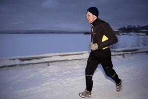 När du löptränar under kyliga vinterdagar gäller det att klä sig i ett tre-stegs-lager.
