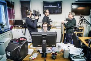 Länstidningens Tord Andersson intervjuas av Al Jazeeras Michael Andersen och fotografen Richard Gillespie bakom redigeraren Stefan Olsson.