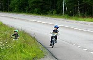 Foto: ANNAKARIN BJÖRNSTRÖM Cykelentusiaster. Marcus Larsson håller sig på vägrenen, medan Jonatan Mossberg testar sin terränggående cykel. Men när gång- och cykelvägen mellan Hemlingby skola och Furuvik är klar får pojkarna och medföljande Catrin Larsson och Rosie Lundh lättare att ta sig fram.