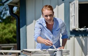 Karin Hedin Röös gillar att måla, och att hålla efter de gamla fönstren är nödvändigt.