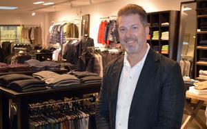 Fredric Aspelin förklarar att han som ägare av en lokal butik inte har råd att rea ut sitt sortiment.