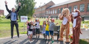 Flygande och pangande invigning av Rosa Svenssons plats när djur och kommunalrådet Mikael Peterson (S), tillsammans med barn från avdelningen Kolan och Pralinen gjorde raketen.