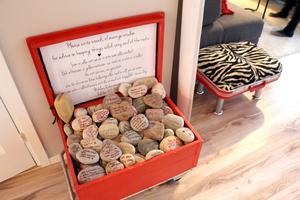 Kistan med stenar med hälsningar på är gästboken från deras bröllop.